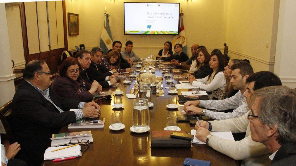 CIPPEC presentó al Gobierno de Santa Fe su monitoreo del Plan del Norte. Imagen de las personas que participaron del encuentro