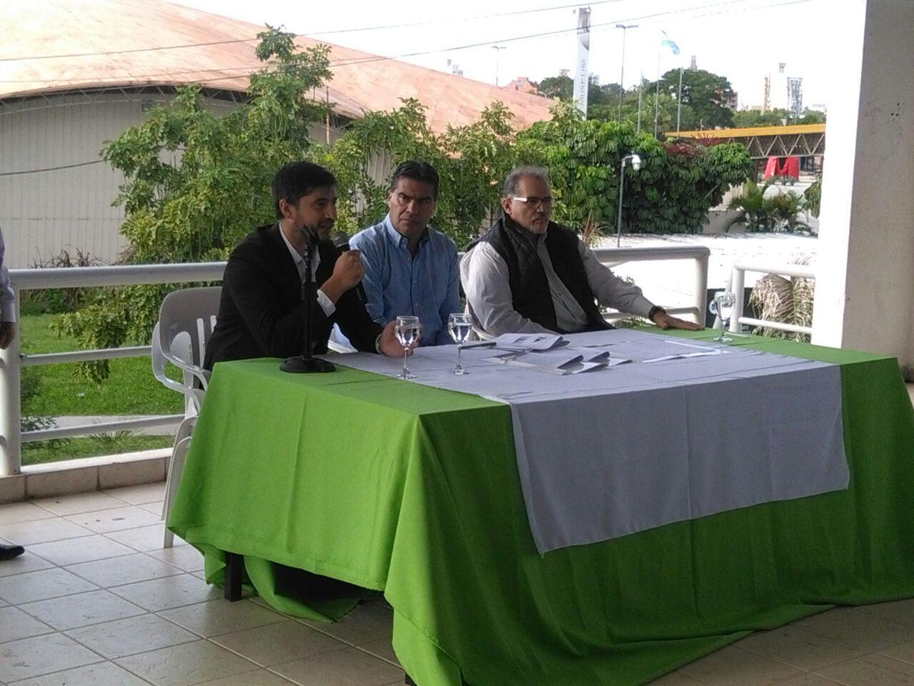 Representantes de CIPPEC y el Gobierno de Resistencia tras el convenido firmado por ambos en el marco del Desarrollo Integral de Ciudades