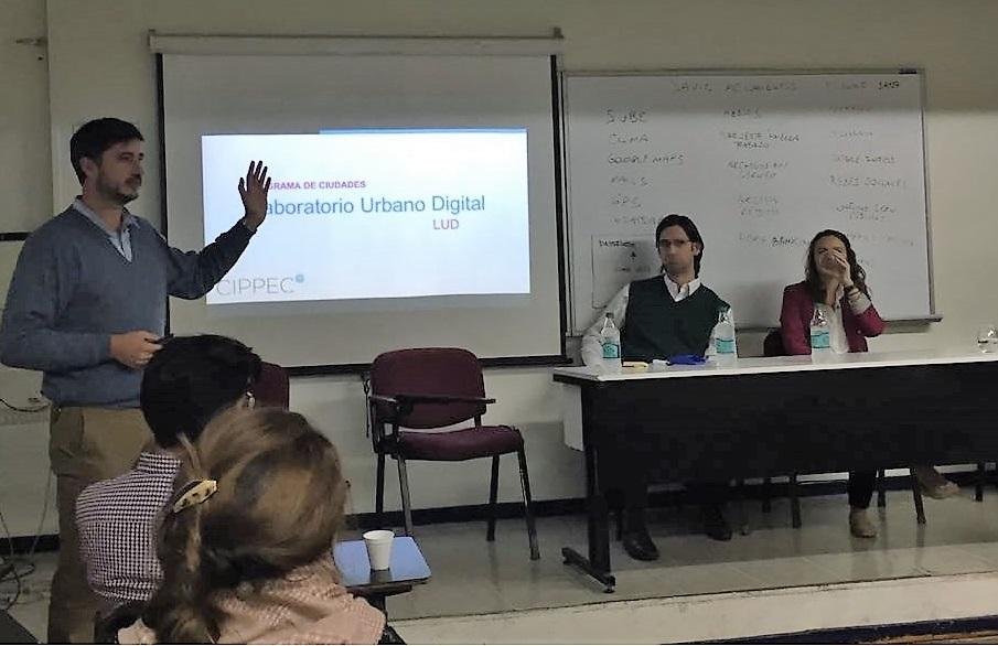 """Gabriel Lanfranchi (CIPPEC) exponiendo sobre el proyecto """"Laboratorio Urbano Digital"""" de CIPPEC en el seminario intensivo de """"Conectar los datos. Estrategias y nuevas herramientas para comunicar información pública"""""""