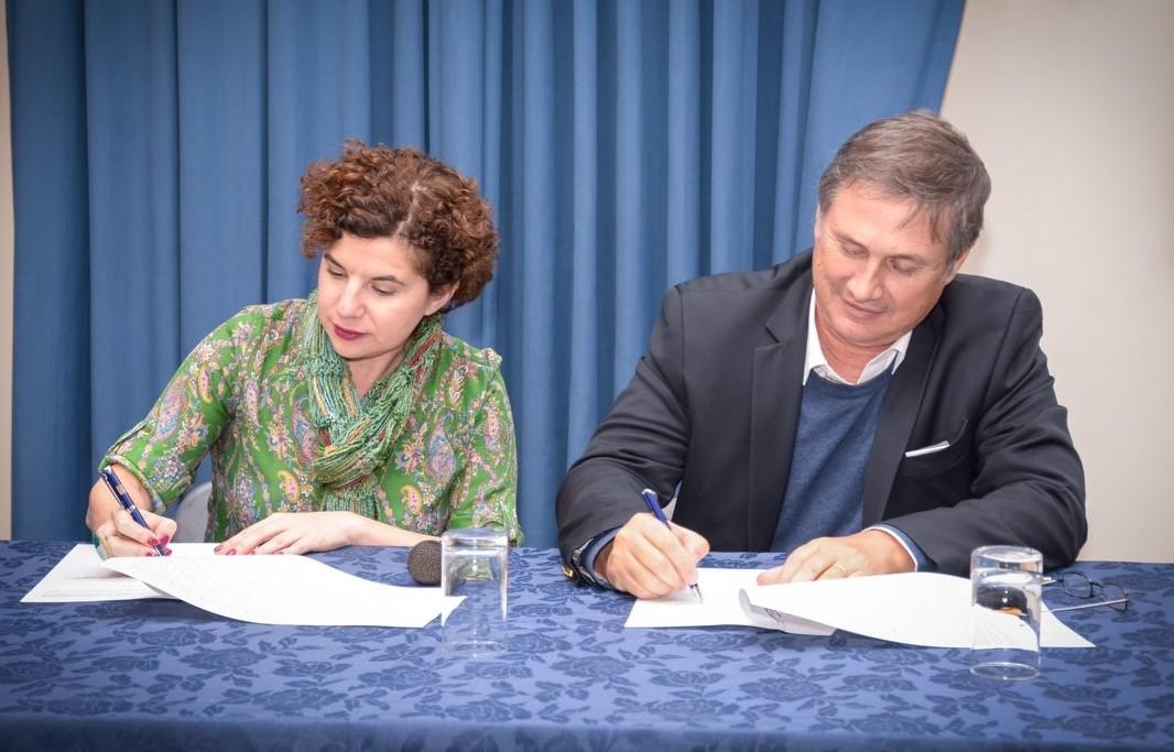 La directora ejecutiva de CIPPEC, Julia Pomares, y el presidente del INTA, Juan Balbín, en la firma del convenio marco de cooperación interinstitucional.