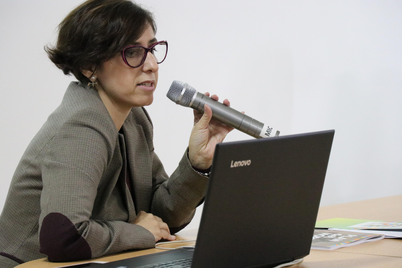 Primer plano de Natalia Aquilino hablando por micrófono, en la presentación del monitoreo del Plan del Norte de CIPPEC