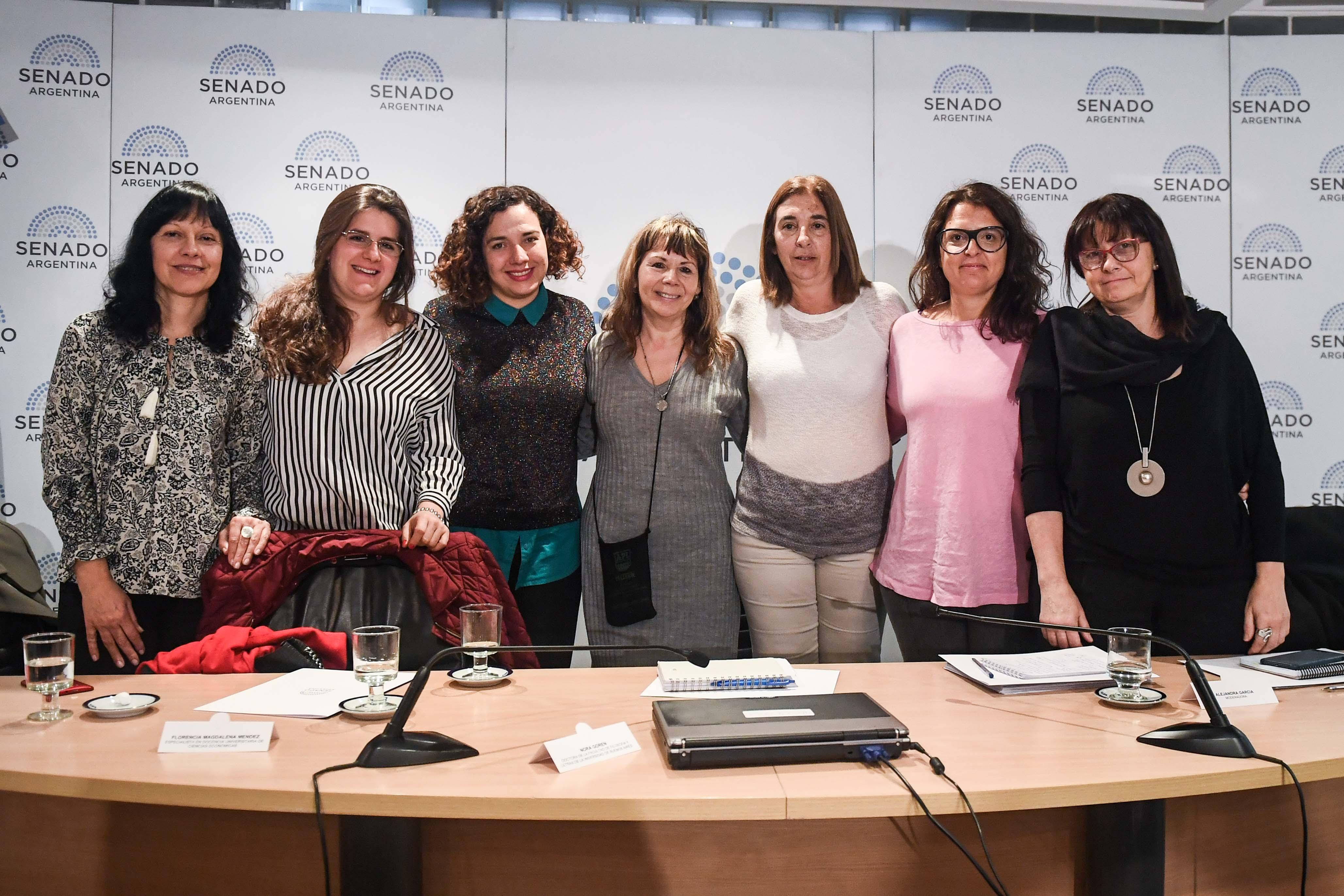 Gala Díaz Langou (CIPPEC) junto a seis mujeres de distintas entidades en el evento sobre igualdad de género en el Senado Nacional