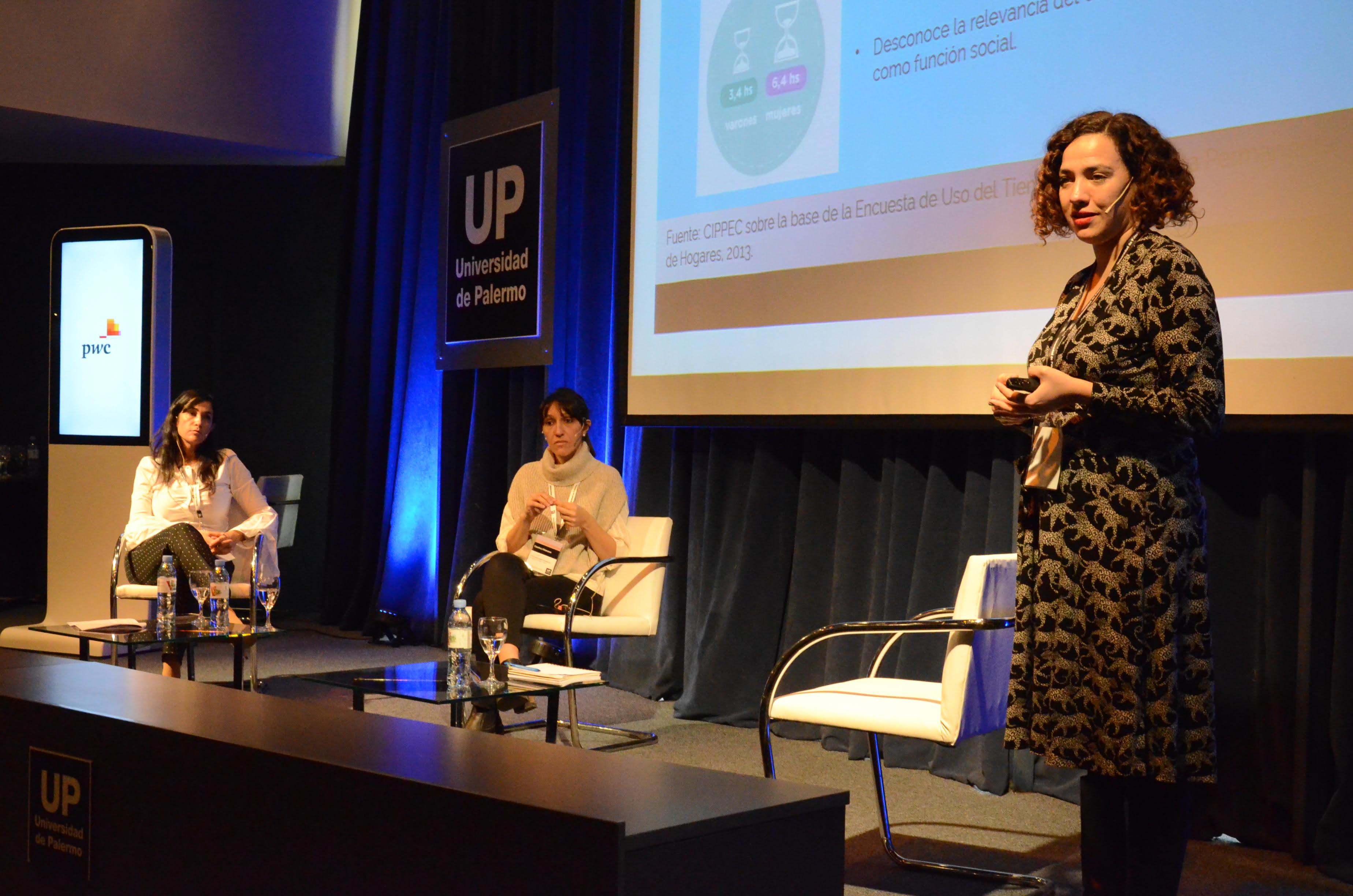 """Gala Díaz Langou (CIPPEC) exponiendo en el panel """"Mujeres líderes en los negocios"""" en el marco del X Encuentro Anual para Contadores"""
