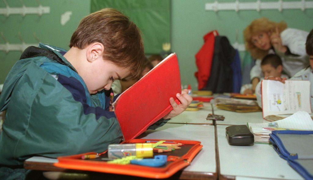 Alumno de primaria de la Escuela Abel Ayerza en us primer día de clases luego de las vacaciones de verano. Estudiando con su cuaderno rojo