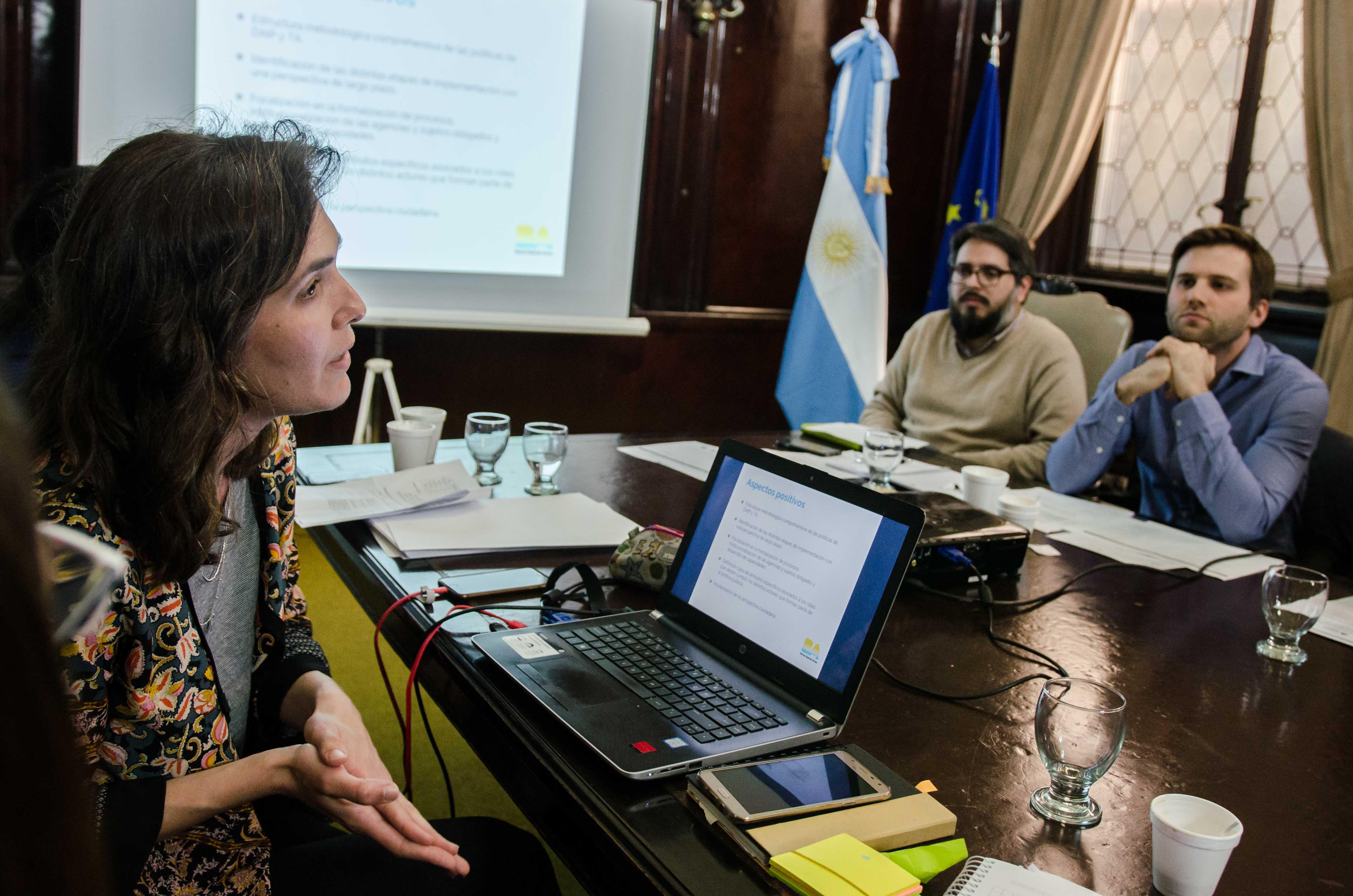 Emiliano Arena (CIPPEC), junto a Renzo Lavin (ACIJ) y María José Méndez (Euro Social) en el panel sobre validación de indicadores en el Ministerio del Interior