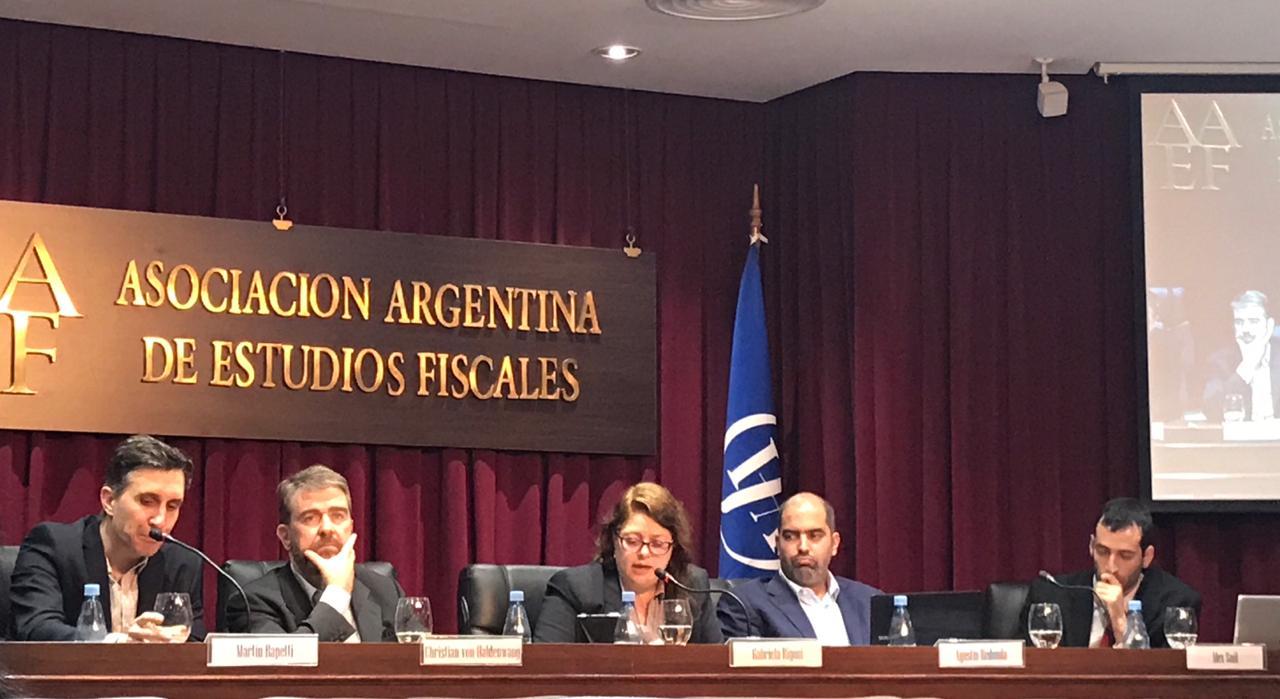 """Martín Rapetti (CIPPEC) en la conferencia """"T20 y sus propuestas de política tributaria: competencia y gastos tributarios"""" junto a cuatro expositores"""