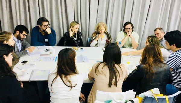Emiliano Arena (CIPPEC) junto a doce integrantes de diversas organizaciones políticas y de la sociedad civil en el desayuno de trabajo del Órgano Garante del Derecho de Acceso a la Información (OGDAI) de la ciudad de Buenos Aires