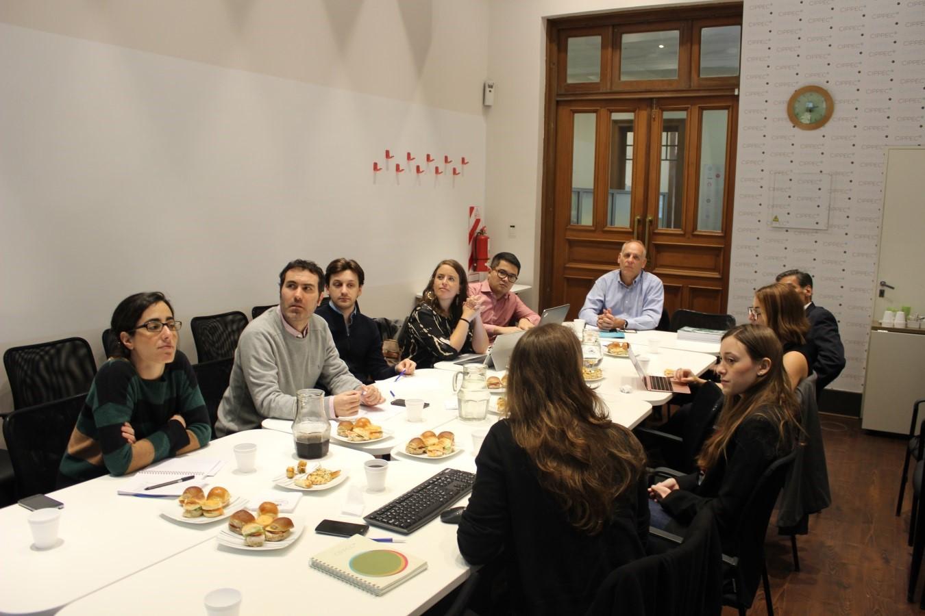 Reunión sobre empresas públicas en el auditorio de CIPPEC con representantes de nuestra organización y otras entidades.