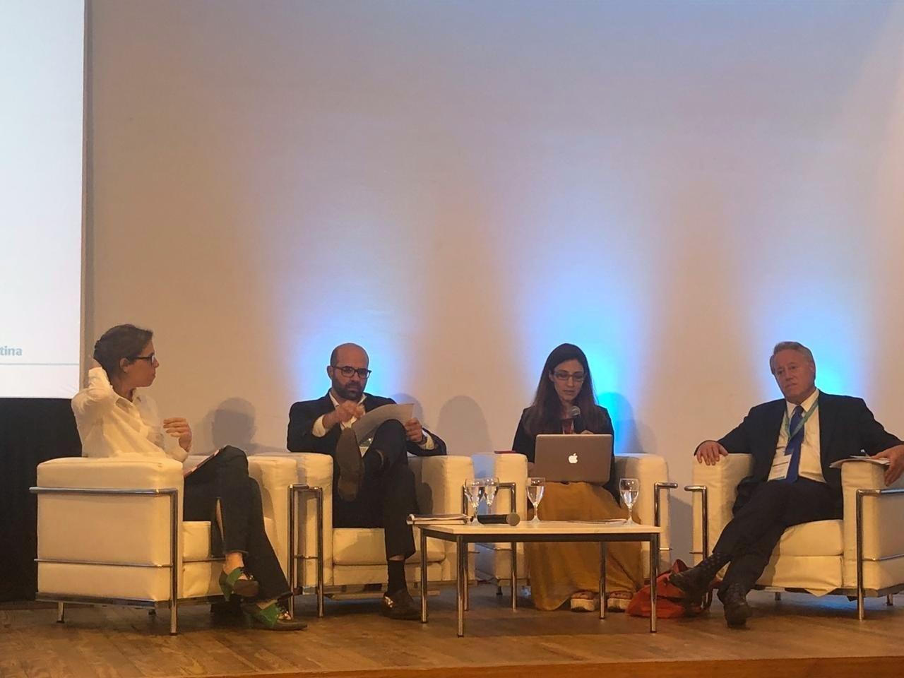 """Laura Alonso, Sebastián López Azumendi, Michael Hershman y Andrea Castagnola, en el evento """"Hacia una agenda de integridad en empresas públicas para los próximos años"""" realizado en el marco de la Cumbre del T20"""