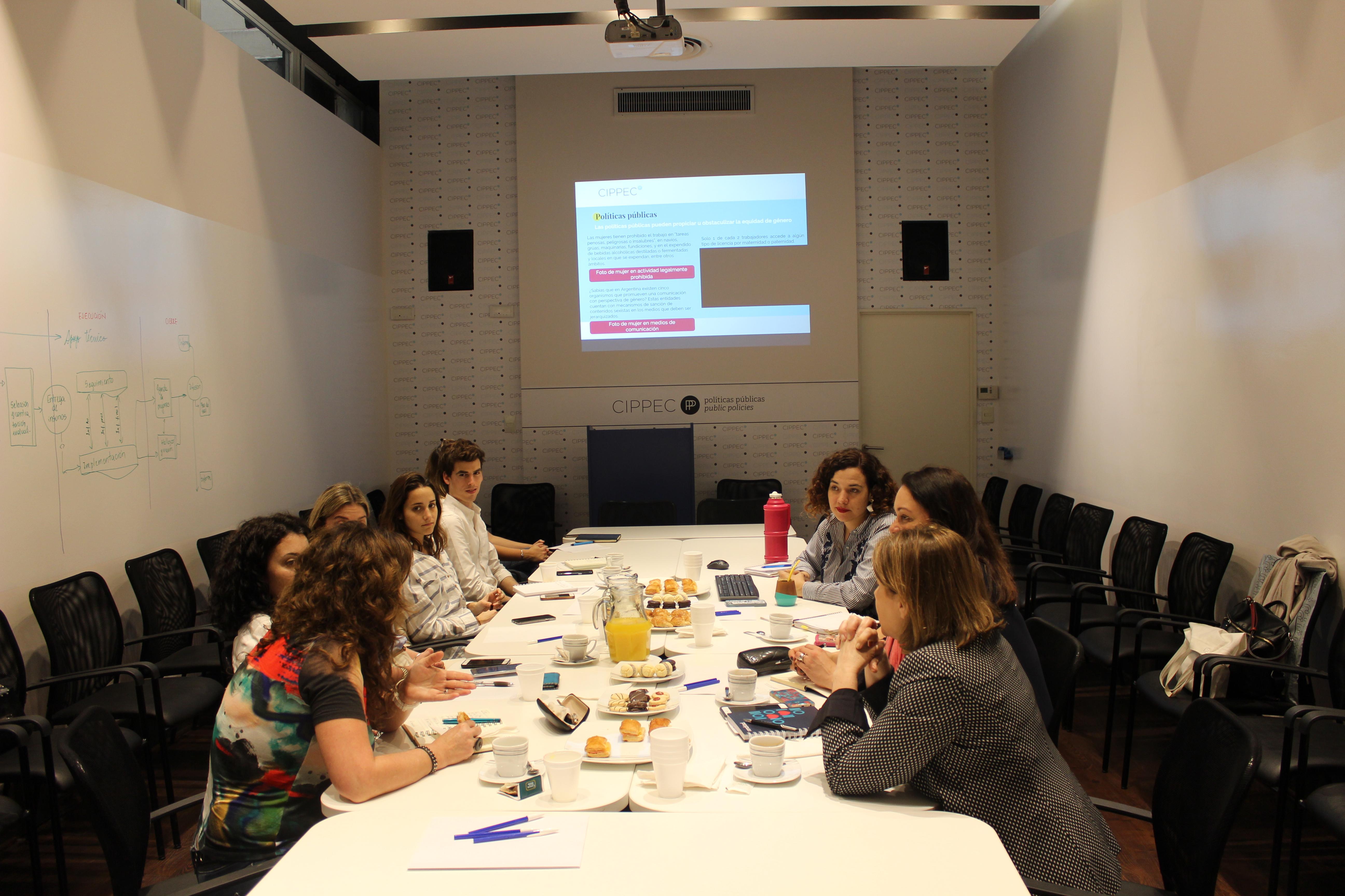 """Segunda reunión del consorcio de empresas y socios estratégicos que apoyan el proyecto insignia """"Mujeres en el mercado de trabajo: una deuda y una oportunidad"""" en el auditorio de CIPPEC. En la imagen hay 9 personas dialogando"""