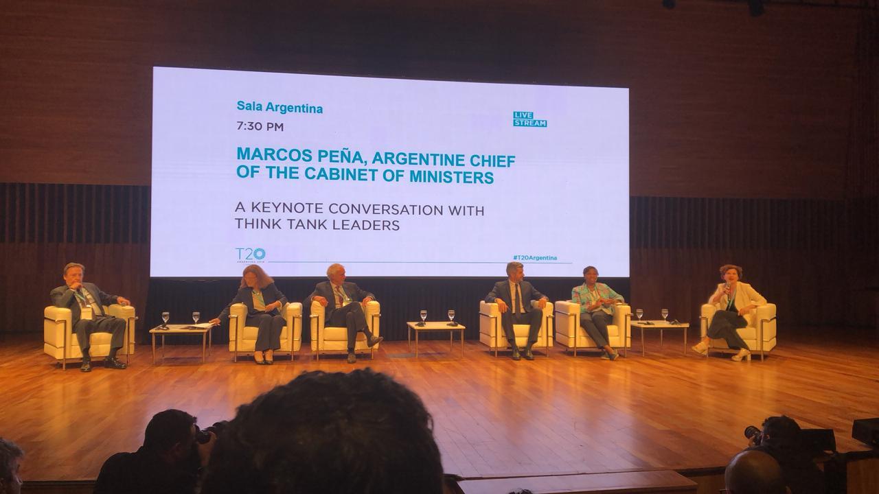 Imagen del panel montado en el escenario del CCK por la participación del Jefe de Gabinete, Marcos Peña, en la Cumbre del T20 Argentina
