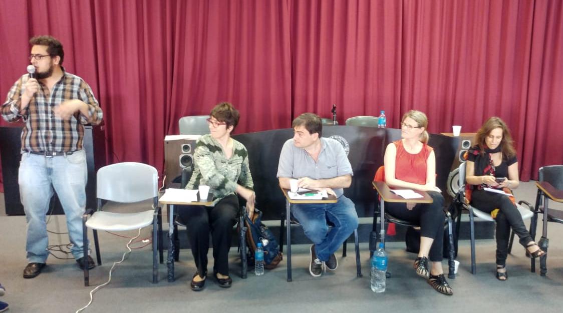 """Alejandra Cardini (CIPPEC) junto a cuatro expositores y expositoras, participando del evento """"Sociólogos de la Educación en acción"""" en la sede de la Facultad de Ciencias Sociales de la Universidad de Buenos Aires (UBA)"""