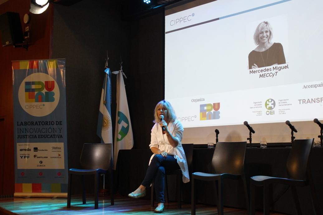 """Mercedes Miguel (MECCyT) en exponiendo frente al auditorio en la jornada""""La escuela secundaria en transformación: Caminos de innovación educativa en el escenario federal"""", organizada porel Laboratorio de Innovación y Justicia Educativa de CIPPEC"""
