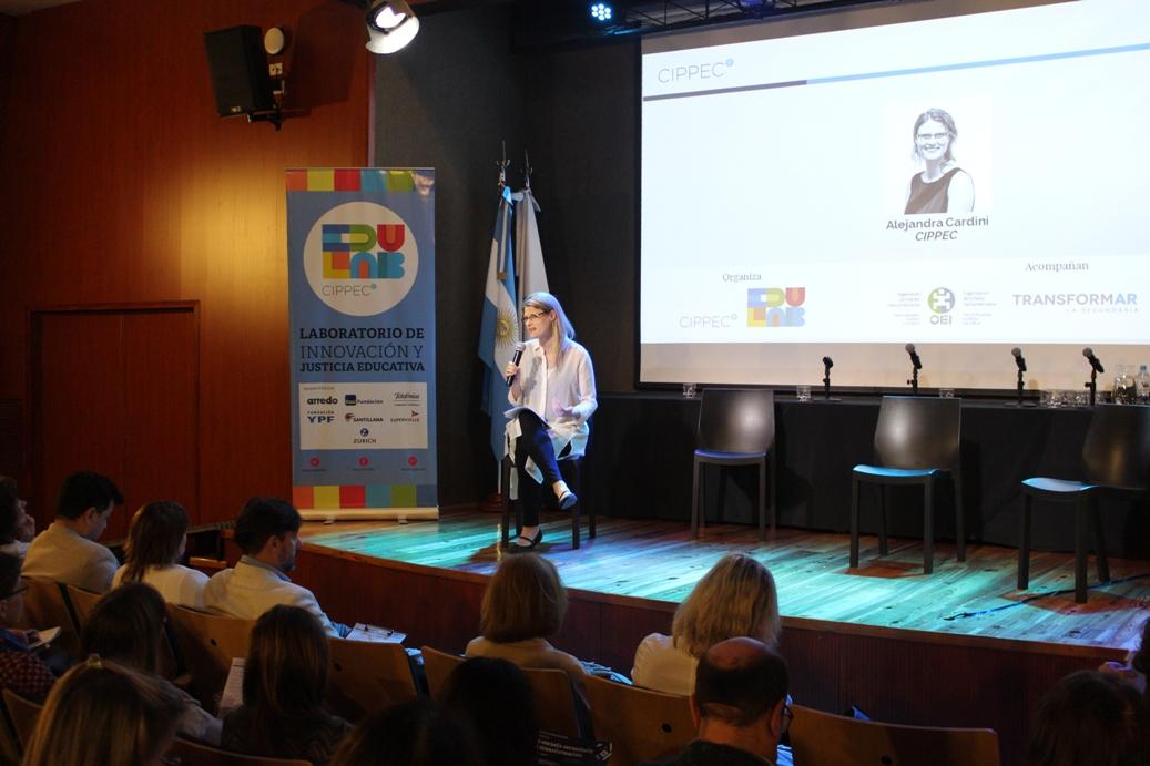 """Alejandra Cardini (CIPPEC) en exponiendo frente al auditorio en la jornada""""La escuela secundaria en transformación: Caminos de innovación educativa en el escenario federal"""", organizada porel Laboratorio de Innovación y Justicia Educativa de CIPPEC"""
