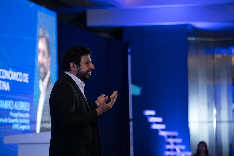 Imagen de Ramiro Albrieu (CIPPEC) en el AI Tour de Microsoft