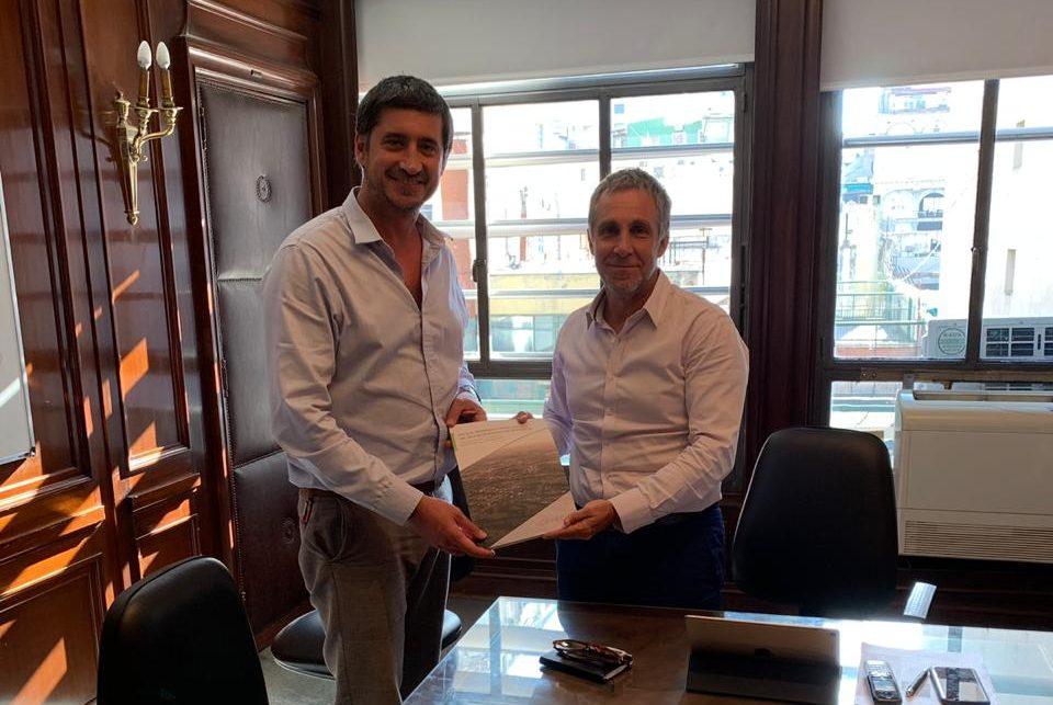 Gabriel Lanfranchi, director del programa de Ciudades de CIPPEC, junto al secretario de Cambio Climático y Desarrollo Sostenible de la Nación, Carlos Gentile, en su despacho.